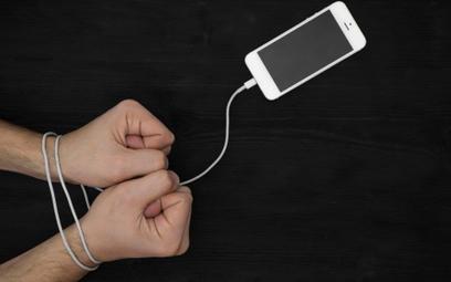 Smartfon uzależnia bardziej niż tablet