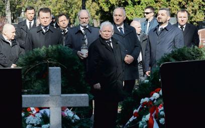 Jarosław Kaczyński z politykami PiS na zamkniętym dla innych Cmentarzu Powązkowskim, 10 kwietnia 202