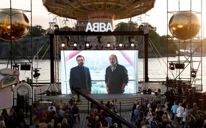 Björn Ulvaeus i Benny Andersson podczas transmisji z Londynu