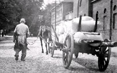 Warszawa, 1920. Transport mąki sprowadzonej do Polski wramach pomocy udzielonej przez rząd amerykań