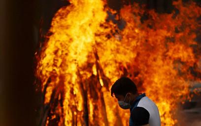 W Indiach masowo pali się ciała zmarłych na Covid-19