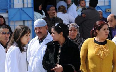 Personel medyczny czeka przed kostnicą szpitala Charles Nicole w Tunisie, gdzie znajdują się ciała o