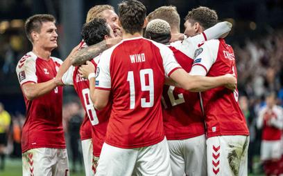 Piłkarze reprezentacji Danii cieszą się po jednym z goli w meczu z Izraelem