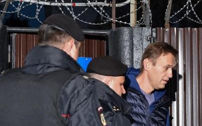 Policja zatrzymuje Nawalnego tuż po wyjściu z aresztu