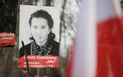 """Portret """"Inki"""" niesiony przez uczestników Marszu Pamięci Żołnierzy Wyklętych, 1 marca 2015, Kraków"""