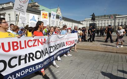"""Medycy protestują w Warszawie. """"System klejony taśmą"""""""
