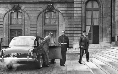 Prezydent Charles de Gaulle przed Pałacem Elizejskim (1963 r.)