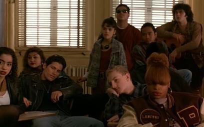 """W głośnym filmie z lat 90. """"Młodzi gniewni"""" Michelle Pfeiffer musi sobie radzić z agresją w szkole b"""