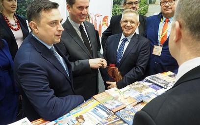 Minister Dawid Lasek (z lewej) rozmawiał niemal na każdym stoisku z jego gospodarzami
