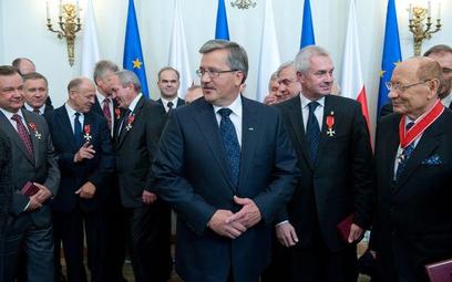Prezydent Bronisław Komorowski wśród działaczy samorządowych, wyróżnionych przez niego orderami i od