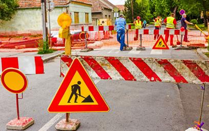 Oznaczenie robót na drodze przy przejściu dla pieszych