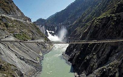 Rzekę Chenab po indyjskiej stronie przecinają kolejne mosty i zapory (na zdjęciu elektrownia Bagliha