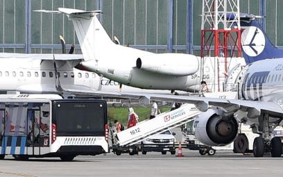 Samolot z pasażerami ewakuowanymi z Afganistanu na pokładzie na płycie lotniska Okęcie w Warszawie