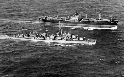 """Amerykański niszczyciel """"Vesole"""" przy sowieckim frachtowcu """"Połzunow"""" wiozącym elementy pocisków bal"""