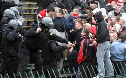 Pseudokibice Jagiellonii odpowiedzą za napaść na policjantów