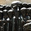 """Rzeźba Borisa Saktsiera """"Korczak i dzieci getta"""" w Instytucie Yad Vashem w Jerozolimie"""