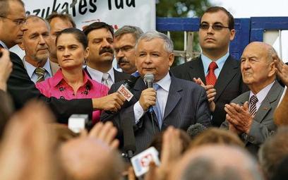 """Przewodniczący """"Solidarności"""" Janusz Śniadek (piąty z lewej) ma w piątek ponownie zaapelować o popar"""