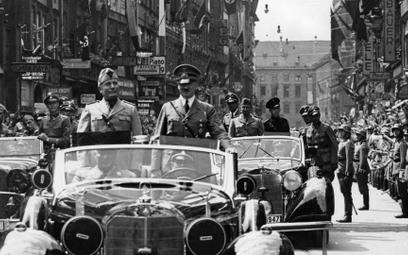 Przejazd Adolfa Hitlera (z prawej) i Benito Mussoliniego udekorowanymi ulicami Monachium, 1940 rok