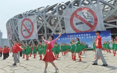 W walkę z paleniem zaangażowały się też te tancerki (przed stadionem narodowym w Pekinie)