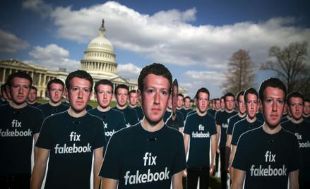 """""""Napraw fakebooka"""". Setka wyciętych z kartonu sylwetek Marka Zuckerberga z takim wezwaniem stanęła w"""