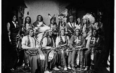 Indiańscy wodzowie ok. 1860–1880. Drugi od lewej siedzi Red Cloud (Czerwona Chmura)