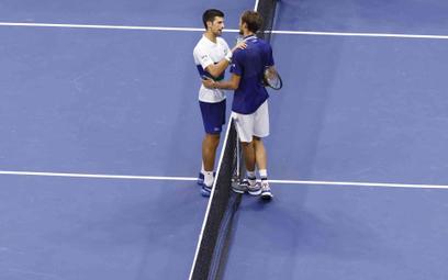 Novak Djoković gratuluje Daniiłowi Miedwiediewowi zwycięstwa w finale US Open