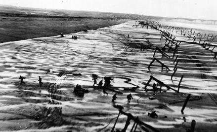 Czerwiec 1944 r. Amerykańskie oddziały wyładowują się na plaży w Normandii