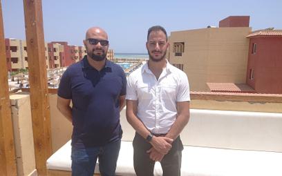 Hussien Yehia (z lewej), dyrektor sieci Royal&Magic Beach Resorts i Youssef Saad (z prawej), przedst