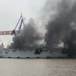 Słupy dymu będące wynikiem pożaru na chińskim prototypowym wielozadaniowym okrętem desantowym typu 0