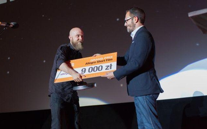 Nagrodę w wysokości 9000 zł otrzymał Piotr Klubicki. Zdjęcie pochodzi ze strony festiwalu offcamera.