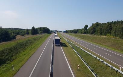 Ruch ciężarówek na remontowanej autostradzie A2.