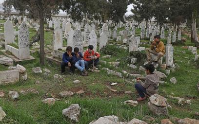 Dzieci z Syrii na cmentarzu w Sarmadzie, w prowincji Idlib