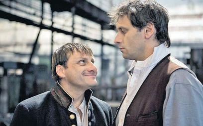 Smierdiakow (Radek Holub, z lewej) oskarża Iwana Karamazowa (Igor Chmela) o chęć zamordowania ojca