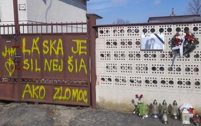 """Na bramie domu we wsi Velka Mača, w którym mieszkali Ján i Martina, ktoś napisał """"Miłość jest silnie"""