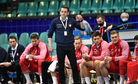 Trener reprezentacji Polski Patryk Rombel podczas marcowego meczu grupy 5 eliminacji mistrzostw Euro