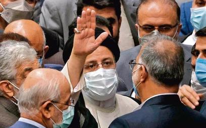 Nowy prezydent Ebrahim Raisi pozdrawia swych zwolenników w czasie uroczystej inauguracji