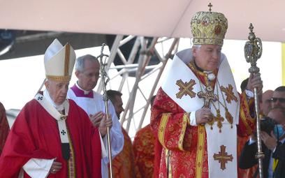 Papiez Franciszek i abp Jan Babjak, metropolita preszowski, w czasie Boskiej Liturgii Świętego Jana