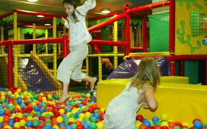 Rodzice zostawiają dzieci w salach zabaw, ale ich personel nie chce brać odpowiedzialności za bezpie