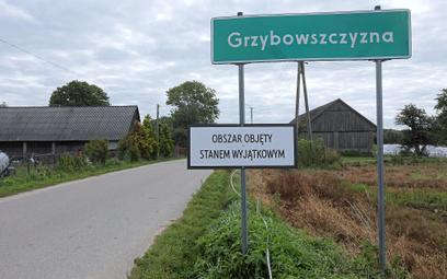 Tablica w Grzybowszczyźnie informująca o stanie wyjątkowym na obszarze przygranicznym województw pod