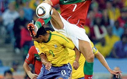 Cristiano Ronaldo ponad Gilberto Silvą