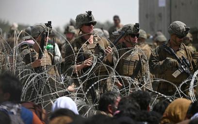 Żołnierze USA na lotnisku w Kabulu