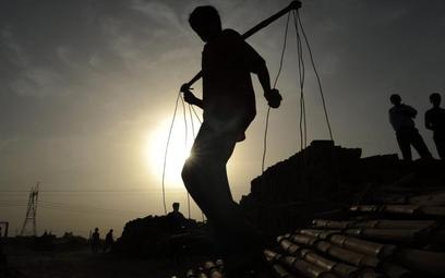 Indie, Allahabad. Robotnik w fabryce dachówek