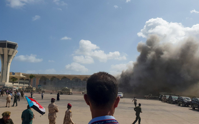 30 grudnia 2020 roku, dym po eksplozjach, które wstrząsnęły lotniskiem w Adenie