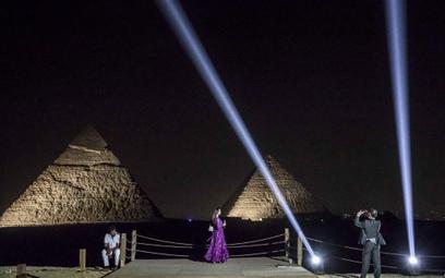 W Egipcie można już zjeść kolację pod piramidami