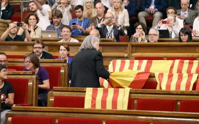 """Deputowana """"Podemos"""" Angels Martinez zabiera flagi Hiszpanii pozostawione przez deputowanych przeciw"""
