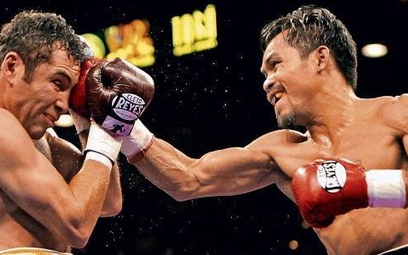 Manny Pacquiao (z prawej) podczas walki z Oscarem De La Hoya. Studio Vivid Games osadziło Pacquiao w