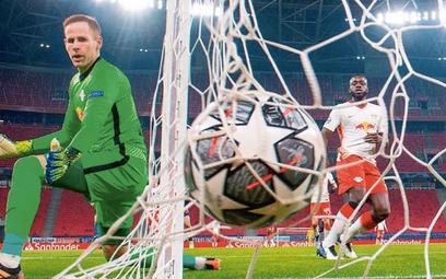 Oby węgierski bramkarz Peter Gulacsi miał w meczu z Polską kilka okazji, by tak spojrzeć za siebie
