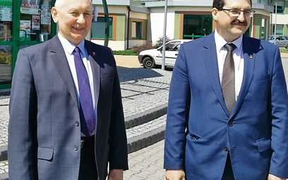 Wójt gminy Moszczenica Marceli Piekarek  i sekretarz Krzysztof Jędrzejczyk.