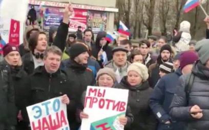 Protestujący w Moskwie wzywają do bojkotu wyborów.