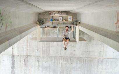 Hiszpan zamieszkał pod mostem. Niejeden by tak chciał